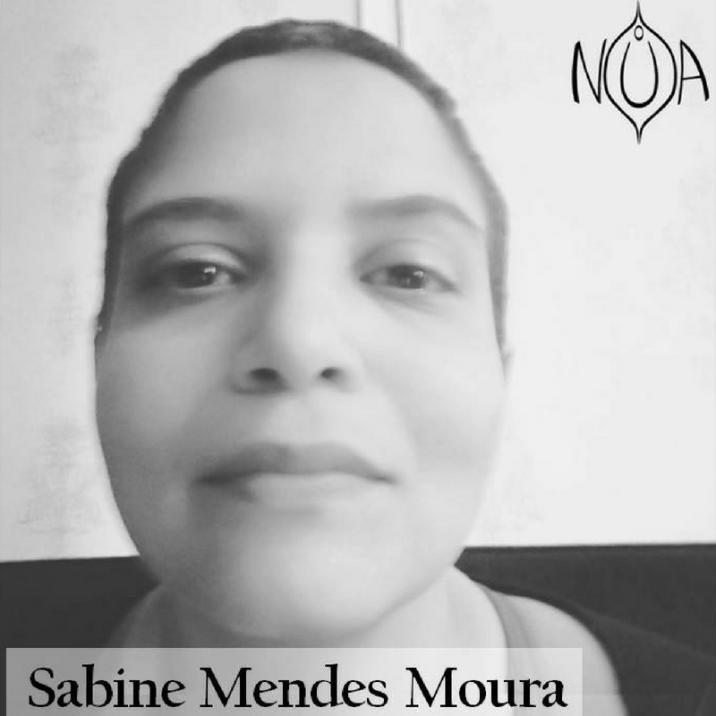 """Conheça nossa diretora e editora-chefe. Sabine Mendes Moura é escritora, artista-pesquisadora em linguagens multimidiáticas e professora da Especialização da PUC-Rio. É Doutora e Mestre em Estudos da Linguagem (PUC-Rio), Especialista em Educação e Tecnologia (UVA), Especialista em Língua Inglesa (UVA), Licenciada em Letras Português/Inglês (UVA), Bacharel em Comunicação Social/Cinema (UFF) e Bacharelanda em Artes Cênicas (PUC-Rio). Já publicou em coletâneas, desenvolveu romances próprios (dentre eles, """"Incompletos"""" - Presságio Editora, 2016 - parte da coleção vencedora do PROAC/2015), peças teatrais e colaborou com revistas nacionais e internacionais. Além disso, atua como roteirista, revisora, tradutora e copidesque."""